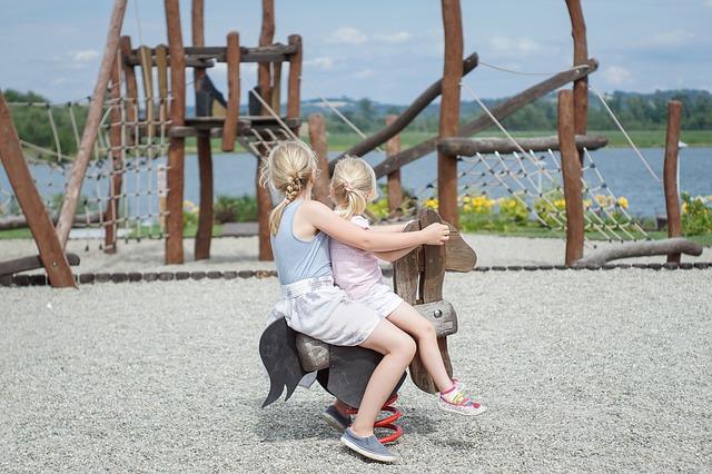 Kinder im Urlaub auf Spielplatz